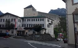 Gasthof Goldene Traube - hrad vedle hotelu