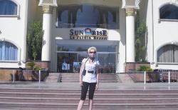 před hotelem
