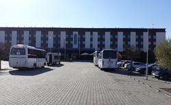 Pohled na hotel od parkoviště