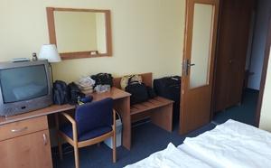Hotelový pokoj č. 343 s retro televizí