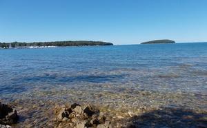 pláž ,kamenitá ...vhodné si vzít boty do vody