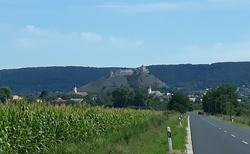 Zřícenina hradu Sumeg ze silnice od Keszthely