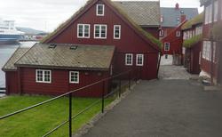 36 Tórshavn- TINGANES (VLÁDNÍ BUDOVY NA STARÉM MĚSTĚ) obr.1