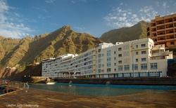 Hotelový komplex před veřejným mořským bazenem v Bajamar