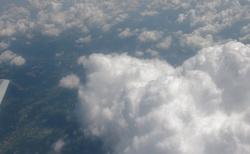Cesta na Sicílii - mraky okolo letadla